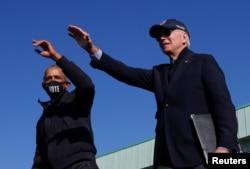 Джо Байден и Барак Обама выступают на митинге во Флинте, Мичиган