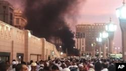 Asap mengepul akibat serangan bom bunuh diri di luar komplek Masjid Nabawi di Madinah, Arab Saudi, Senin (4/7).