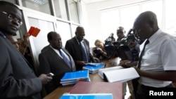 Para aktivis gay dan HAM (kiri) mengajukan petisi konstitusional melawan undang-undang anti-gay di pengadilan Kampala, Uganda (11/3).