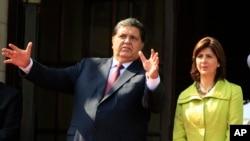 El expresidente de Perú Alan García en foto de archivo, con la exministra de RR.EE. de Colombia María Ángela Holguín, en Lima, Perú. Abril 28, 2011.