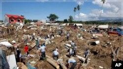 ၀ါရွီ မုန္တုိင္းတိုက္ခတ္အၿပီး အပ်က္အစီးေတြနဲ႔က်န္ခဲ့တဲ့ ဖိလစ္ပိုင္ႏုိင္ငံေတာင္ပိုင္း Iligan ၿမိဳ႕ ဆင္ေျခဖံုးရပ္ကြက္တစ္ခု။ (ဒီဇင္ဘာလ ၁၉၊ ၂၀၁၁)