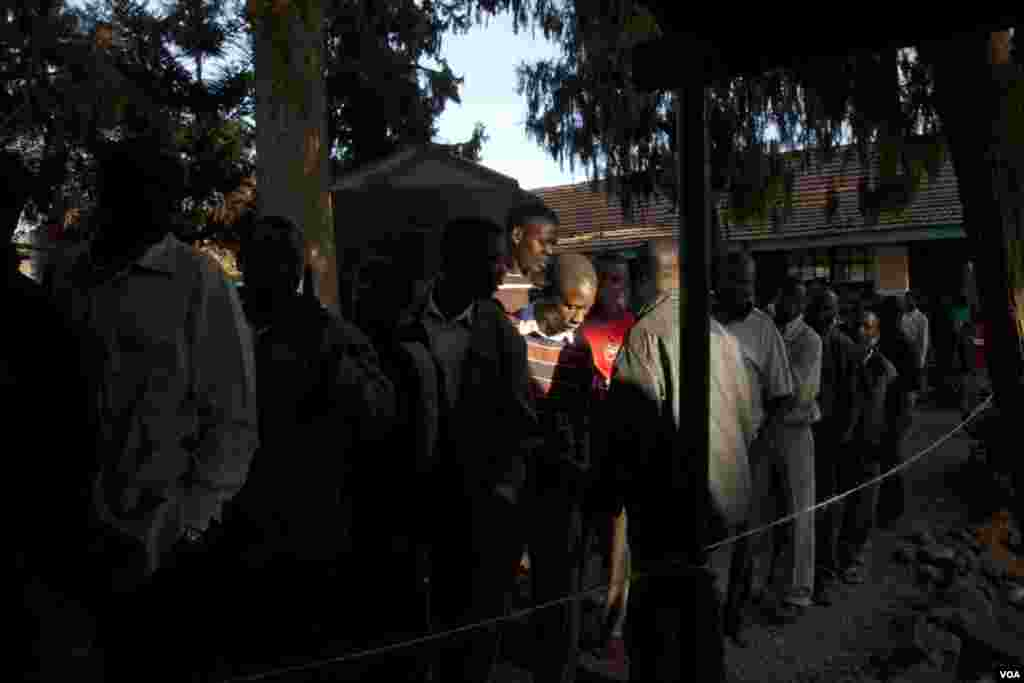 Voters wait in line at the Kibera primary school where presidential candidate Raila Odinga voted, March 4, 2013. (R. Gogineni/VOA)