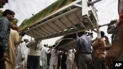 Warga menghadiri pemakaman para pekerja pabrik yang tewas dalam kebakaran besar di Karachi, Pakistan (foto: 13/9).