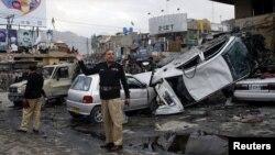 10일 파키스탄 쿠에타에서 폭탄 테러로 부서진 차량.