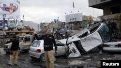 ເຈົ້າໜ້າທີ່ຕໍາຫລວດກວດກາ ບ່ອນຖືກວາງລະເບີດ ທີ່ຕະຫລາດແຫ່ງນຶ່ງໃນເມືອງ Quetta ທີ່ສັງຫານ 11 ຄົນ.