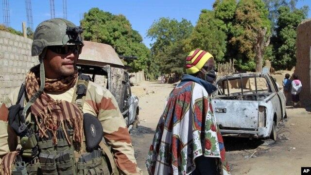 21일 말리 디아발리 외곽을 순찰 중인 프랑스 병사.