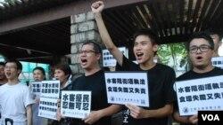 十多名香港北區水貨客關注組成員,在上水發起「光復孝思亭」行動,聲討近日再次猖獗的水貨客