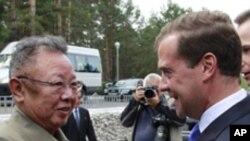 정상회담을 마치고 악수하는 김정일 북한 국방위원장(좌) 드미트리 러시아 대통령(우)