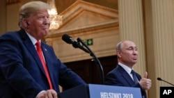 Tổng thống Nga Vladimir Putin (phải) và Tổng thống Mỹ Donald Trump tổ chức một cuộc họp báo chung tại Dinh Tổng thống ở Helsinki, Phần Lan, ngày 16 tháng 7, 2018.