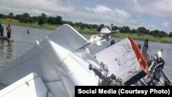 Foto do avião que despenhou no lago Yirol no Sudão do Sul