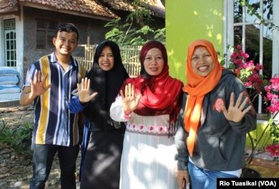 "Warga Indramayu, Jawa Barat, menunjukkan gestur ""stop kawin anak"" saat ditemui VOA, awal September. (VOA/Rio Tuasikal)"