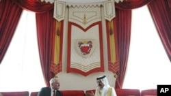 US Defense Secretary Robert Gates meets with Bahrain's King Hamad bin Isa al-Khalifa at Sakhir Palace in Manama, March 12, 2011