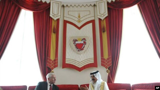 US Defense Secretary Robert Gates meets with Bahrain's King Hamad bin Isa al-Khalifa at Sakhir Palace in Manama, March 12, 2011