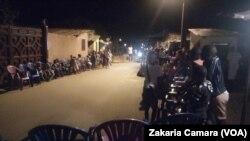 Une route secondaire occupée par les organisateurs d'une cérémonie de réjouissance à Conakry, Guinée, le 16 août 2019. ( VOA/Zakaria Camara)