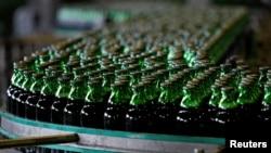 Một dây chuyền sản xuất bia ở Việt Nam.