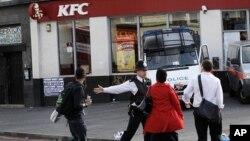 伦敦警察不让行人接近犯罪现场