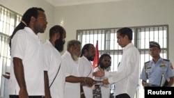 Tổng thống Indonesia Joko Widodo (phải) bắt tay và trao giấy ân xá cho 5 tù nhân chính trị, 9/5/15