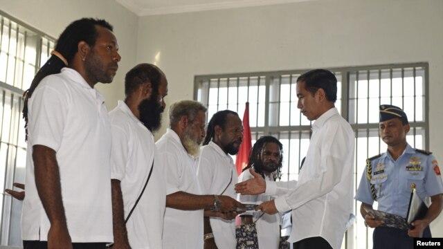 Presiden Joko Widodo bersalaman dengan tahanan politik Papua yang dibebaskan dari penjara di Jayapura, Papua (9/5). (Reuters/Hafidz Mubarak)