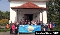 Para peserta Pesantren Kilat Milenial Islami berfoto bersama pengurus Gereja Tugu di Cilincing, Jakarta Utara. Kunjungan ke Gereja Tugu adalah bagian dari kegiatan pesantren Tour of Tolerance, 26 Mei 2018. (Foto: Ahadian Utama/VOA)