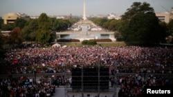 جمعیت کثیری برای استقبال پاپ در اطراف ساختمان کانگرس ایالات متحده جمع شده بود.