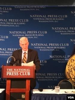 加拿大前外交部亚太司司长大卫·乔高在报告发布会上 (美国之音莫雨拍摄)