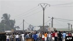 Người ủng hộ ông Laurent Gbagbo phong tỏa một con đường để ngăn chặn đoàn xe của Liên Hiệp Quốc chạy qua khu phố ở Abidjan, ngày 11/1/2011