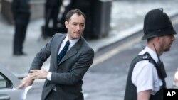 """Aktor Inggris Jude Law tiba di pengadilan """"The Old Bailey"""", London, untuk memberikan kesaksian di pengadilan terkait penyadapan telepon yang dilakukan oleh """"News of the World"""", sebuah tabloid milik kerajaan media Rupert Murdoch yang sudah tidak lagi beroperasi, Senin (27/1)."""