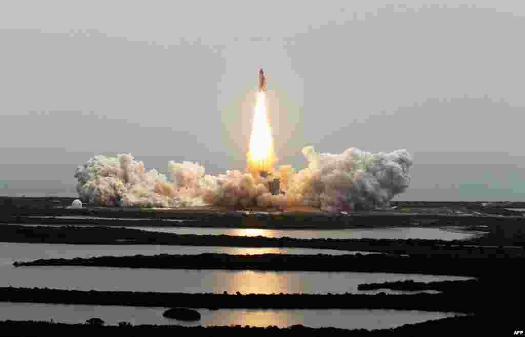 8 tháng 7: Phi thuyền con thoi Atlantis rời bệ phóng ở Trung Tâm Không Gian Kennedy, Florida, thực hiện chuyến bay thứ 135 và là chuyến bay cuối cùng của đội phi thuyền con thoi. (AP Photo/Chris O'Meara)