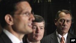 美国会两党争论不休。图为众院议长贝纳(右)等人7月26日在国会山出席记者会。