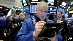 交易员在纽约股票交易所工作。(资料照)