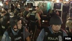 Cảnh sát bắt giữ người biểu tình trên đại lộ West Flourissant, Ferguson, bang Missouri hôm10/08/2015.