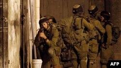 Pasukan Israel melakukan pencarian tiga remaja Israel dari rumah ke rumah di Awarta, Tepi Barat, Palestina (26/6).