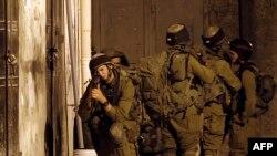 Des soldats israéliens lors des recherches pour retrouver les trois jeunes disparus, dont les corps ont été retrouvés lundi (Photo AFP)