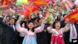 Учасники параду у Пхеньяні