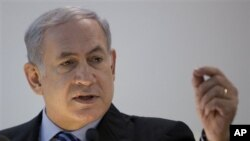 Firayim Ministan Isira'ila Benjamin Netanyahu a lokacin da ya ke magana da 'yan jarida a Tel Aviv.
