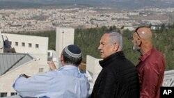Thủ tướng Israel Benjamin Netanyahu, giữa, cùng với những nhà chức trách về định cư của Israel tại khu định cư Alon Shvut, ở khu vực Bờ Tây bị chiếm đóng, hôm 19/11