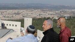 Pazartesi günü karardan duyduğu memnuniyeti belirten İsrail Başbakanı Benyamin Netanyahu 19 Kasım'da Batı Şeria'daki Etzion yerleşimlerini ziyaret etmişti