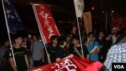 香港中学生、大学生及市民在中联办前纪念六四 图片 4 (美国之音海彦拍摄)