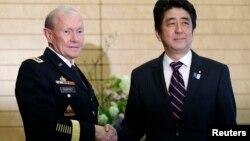 일본을 방문 중인 마틴 뎀프시 미군 합참의장(왼쪽)이 26일 도쿄에서 아베 신조 일본 총리와 회담했다.