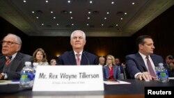 도널드 트럼프 차기 미국 행정부의 렉스 틸러슨 국무장관 지명자(가운데)가 11일 상원 인준청문회에 출석했다.