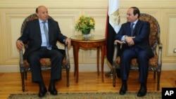 Tổng thống Yemen Abd Rabbo Mansour Hadi, phải, hội kiến Tổng thống Ai Cập Abdel Fattah al-Sissi sau khi ông đến Sharm el-Sheikh để tham dự hội nghị thượng đỉnh Ả rập, 27/3/2015.