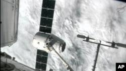 Kapsul Dragon diambil dari stasiun antariksa internasional (10/10).