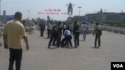 天安門城樓下訪民被抓(圖片由六四天網提供)