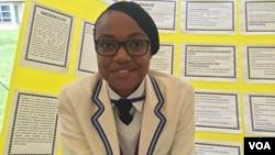 La jeune chercheuse zimbabwéenne Carol Van Rooyen a conçu un nano-engrais pour diminuer la pollution de l'eau due aux produits chimiques contenus dans les engrais. (VOA/S. Mhofu/mars 2017)