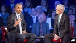 바락 오바마 미국 대통령(왼쪽)이 7일 CNN 공개방송에 출연해서 총기 규제의 필요성을 강조했다. 오른쪽은 CNN 진행자인 앤더슨 쿠퍼.