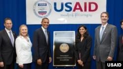အေမရိကန္သမၼတ အိုဘားမားနဲ႔ ႏိုင္ငံျခားေရးဝန္ႀကီး ကလင္တန္ ျမန္မာႏုိင္ငံ ခရီးစဥ္အတြင္း ရန္ကုန္ အေမရိကန္ သံ႐ံုးတြင္ USAID ေအဂ်င္စီနဲ႔ေတြ႔ဆံု။ (ႏိုဝင္ဘာ ၁၉၊ ၂၀၁၂) သတင္းဓာတ္ပံု-http://www.usaid.gov/burma