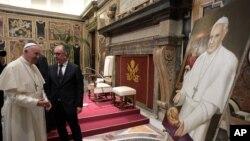 Đức Giáo Hoàng Francis ngắm một bức tranh ông nhận được từ Hội nhà báo Italy tại Vatican, thứ Năm ngày 22 tháng 09, 2016.