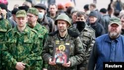 Người biểu tình thân Nga tập trung trước trụ sở chính quyền ở Luhansk, đông Ukraine, ngày 14/4/2014.
