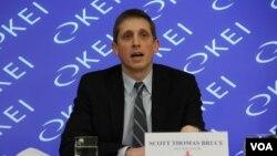 미국 동서연구소의 스콧 브루스 연구원이 28일'북한의 기술과 휴대전화'를 주제로 워싱턴에서 열린 토론회에서 발표하고 있다.