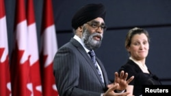 加拿大國防部長石俊與外長弗利蘭3月18日早渥太華出席一次記者會。(路透社)